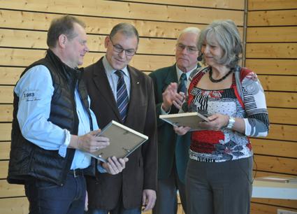 Für 20 Jahre Mitarbeit im Gemeinderat wurden Friedel Schoenfeld und Reiner Schwürzinger mit einer Goldenen Ehrennadel ausgezeichnet. Beide sind weiterhin im Gemeinderat tätig - nach drei Ortsbürgermeistern jetzt unter einer Ortsbürgermeisterin.
